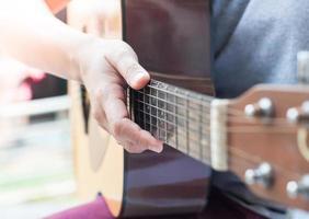 primer plano, de, un, persona que sostiene una guitarra