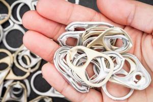 mano sosteniendo pestañas de metal