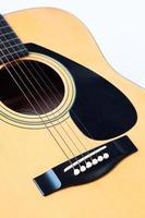 guitarra acústica sobre un fondo blanco