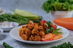 Fried chicken with herbs and vegetables