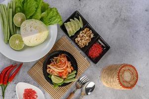 ensalada de papaya tailandesa e ingredientes