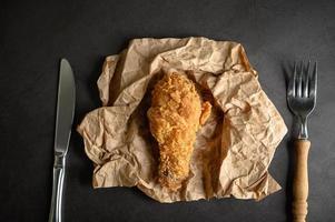 pollo frito crujiente con cuchillo y tenedor