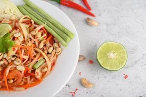 ensalada de papaya tailandesa con ingredientes foto
