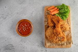 pollo frito crujiente y palitos de zanahoria con salsa foto