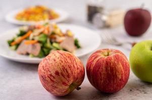 manzanas en la encimera de la cocina foto