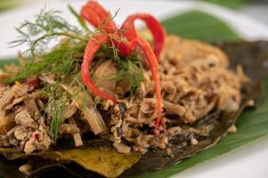 Brotes de bambú tailandés mok en una hoja de plátano foto