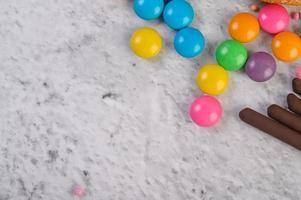 Confitería de colores sobre fondo gris foto