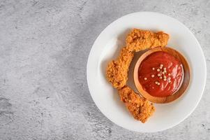 pollo frito crujiente con salsa de tomate foto