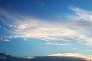hermoso cielo azul atardecer foto