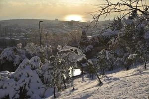 paisaje nevado de invierno en estambul camlica hill foto