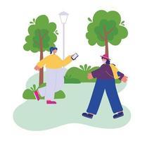 Mujer con smartphone y niña con sombrero y mochila caminando en el parque vector