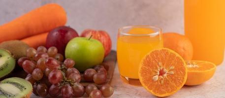 fruta en rodajas y jugo foto