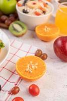 fruta en rodajas y jugo