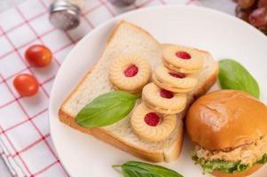 rebanadas de pan con galletas y verduras y una hamburguesa foto