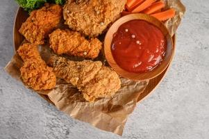 pollo frito crujiente con salsa foto
