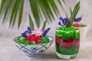 postre de estilo tailandés sobre fondo tropical