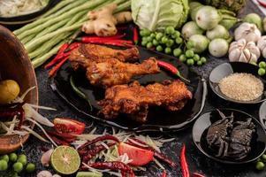 trozos de pollo frito con verduras