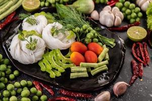 fideos de arroz con frijoles, tomates, melón y chiles