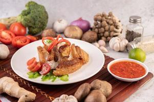 panceta de cerdo sobre arroz a la plancha con verduras foto