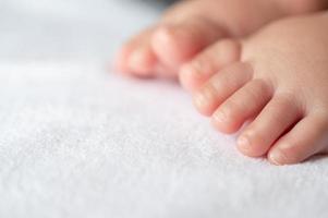 primer plano de pies de bebé foto