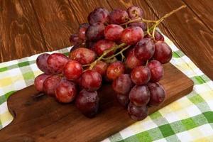 uvas rojas en una tabla de cortar