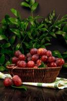 uvas rojas en un tazón