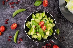 revuelva pepinos fritos con tomates