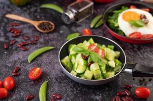 pepinos con huevo en una sartén