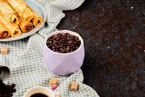 taza de granos de cafe foto