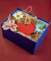 caja con un corazón y flores en ella