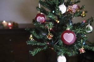 adorno de corazón en un árbol foto