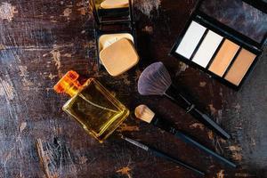 vista superior de perfume y maquillaje foto