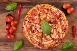 vista superior de la pizza de chile y tomate foto
