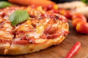primer plano, de, albahaca, y, chile, pizza foto