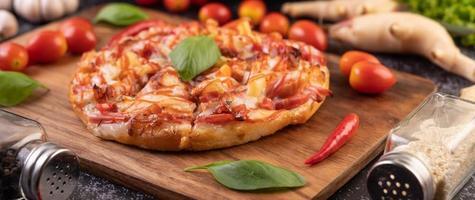 Vista lateral de la pizza de albahaca y chile foto