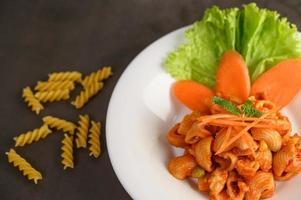 macarrones con tomate salteados foto