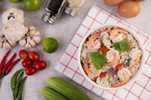 Vista superior de ensalada de camarones con tomates foto