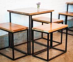 mesa y sillas modernas