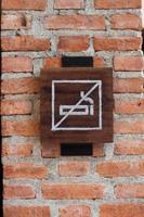 cartel de no fumar en una pared de ladrillos