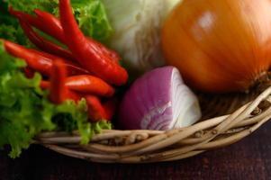 verduras frescas en una canasta tejida foto