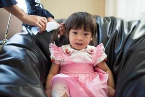 Retrato de una niña asiática jugando en su casa foto
