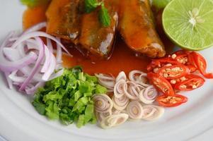 sardinas con salsa de tomate y hierbas foto