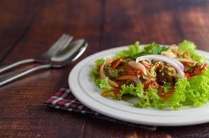 ensalada picante con sardinas en salsa de tomate foto