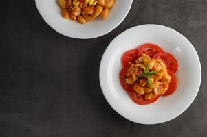 rigate pasta italiana con salsa de tomate foto