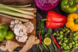 ají, lima, albahaca, hojas de lima kaffir, berenjena, jengibre y cebolletas