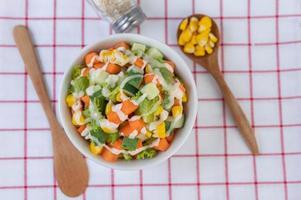 ensalada de pepino, maíz, zanahoria y lechuga