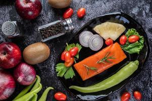 filete de salmón crudo con pimienta, kiwi, piña y romero foto