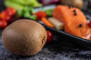 filete de salmón crudo con pimienta, kiwi, piña y romero