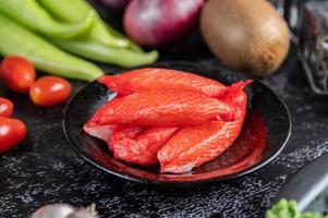 Palitos de carne de cangrejo en un plato