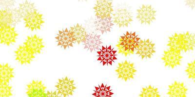 Fondo de vector rojo, amarillo claro con copos de nieve de Navidad.